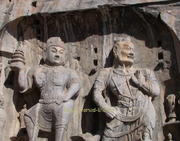 『 【洛陽観光】龍門石窟ツアーでなく地図を頼りに行ってみた 』 ..こちらの像は盧舎那仏を守っています。..