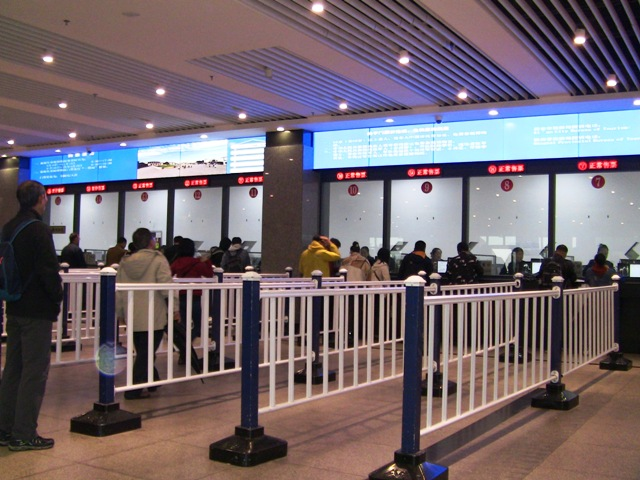 『 北京空港で乗り継ぎ(トランジット)して西安の兵馬俑に行ってみた 』 ..バス駐車場に着くと案内板が目につきますので案内板の示す方向へ歩きます。左方向に200M程歩くと兵馬俑 入場券売り場が見えてきます。..