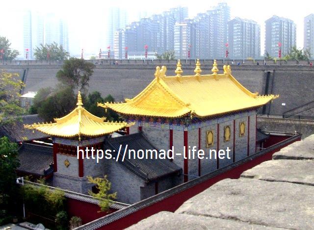 『 【西安.城壁】南門は美人モデルさんでいっぱい!入場料と登り方 』 ..チベット仏教を色濃く反映する広仁寺です。1705年、玄烨皇帝が陝西を訪れた時に建立されました。黄金の輝きがまばゆいですね。..