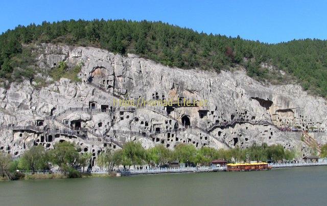 『 【洛陽観光】龍門石窟ツアーでなく地図を頼りに行ってみた 』 ..奉先寺を最後に西山石窟を出て、対岸に渡ります。対岸からは龍門石窟-西山石窟を見渡すことが出来ますです。..