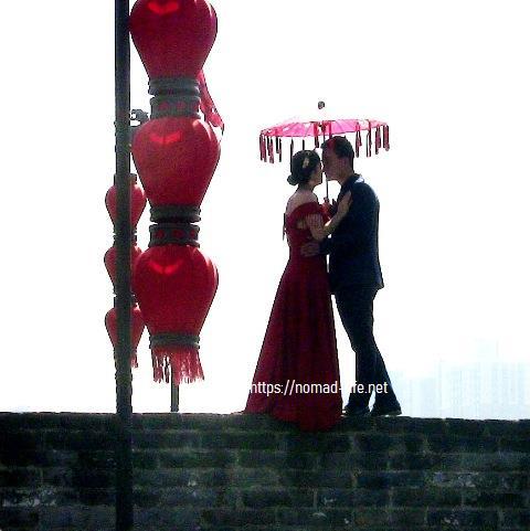 『 【西安.城壁】南門は美人モデルさんでいっぱい!入場料と登り方 』 ..信じられない結婚記念撮影オイオイ、ちょっとそれヤバいよ~..