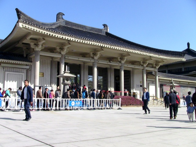 『 【陝西歴史博物館】入場料と待たずにサクサク入場する方法とは? 』 ..ということで、無事入場券が発行されたら入口へ向かいます。カズは時間が遅かったせいもあって5分程で入場出来ました。混んでいても10~20分で入場できるでしょう。..