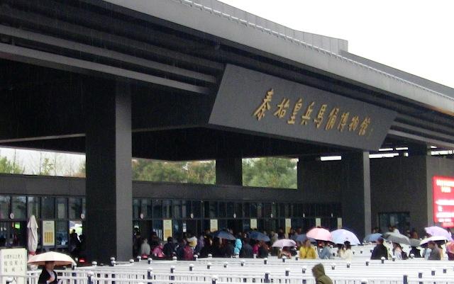 『 北京首都国際空港から西安の兵馬俑に行ってみる 』 ..殆どの観光客は歩きます。カズも歩きました。やがて兵馬俑 入り口が見えてきます。..