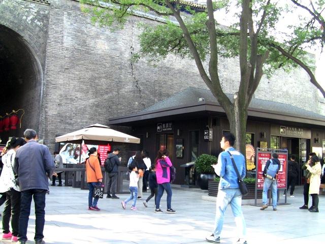 『 【西安.城壁】南門は美人モデルさんでいっぱい!入場料と登り方 』 ..西安 城壁の南門にある西安城壁入場券売り場です。..