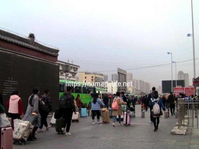 『 北京首都国際空港から西安の兵馬俑に行ってみる 』 ..兵馬俑行きのバスは306路,914路,915路がありますが、306(游5)がおすすめです。306(游5)バス乗り場は西安駅に向かって右隣です。この人の流れの先にバス乗り場があります。..