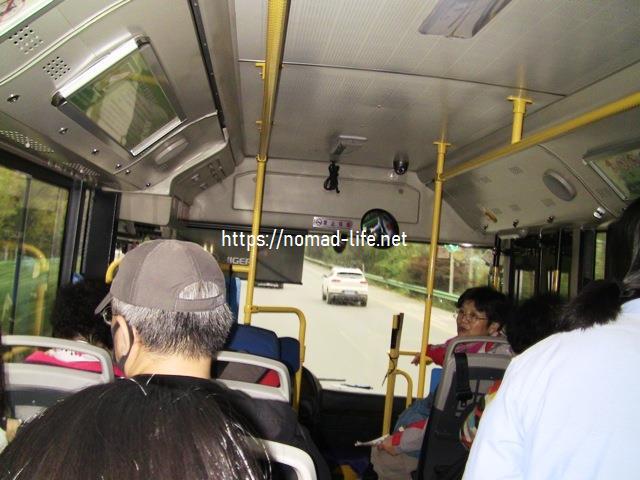 『 北京空港で乗り継ぎ(トランジット)して西安の兵馬俑に行ってみた 』 ..車内の様子です。前の男性は外人さんっぽい….カズも中国ではガイジンですけど…。..