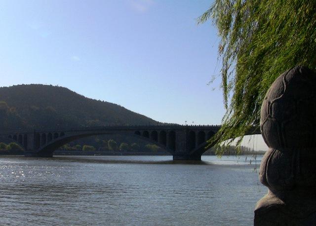 『 【洛陽観光】龍門石窟ツアーでなく地図を頼りに行ってみた 』 ..伊川に架かる大きな橋です。..