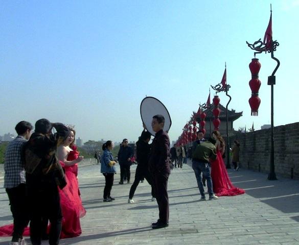 『 西安城壁永寧門は美人モデルさんでいっぱい!料金と登り方 』 ..青龍寺でも出会った結婚記念撮影です。文昌門近くでは2組の結婚記念撮影が行われていました。..