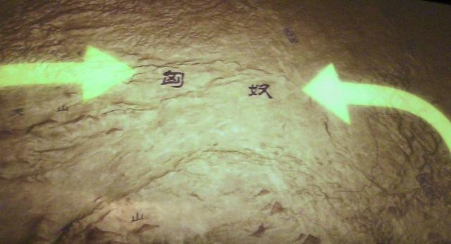『 【陝西歴史博物館】入場料と待たずにサクサク入場する方法とは 』 ..大型プロジエクターには陝西地方の歴史が映し出されます。..
