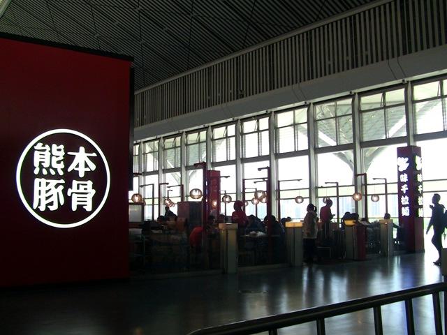 『 西安から洛陽石窟へは高鉄で洛陽龍門に行くのがベストです 』 ..飲食専門店が数多く出店しています。中国のみならずアジアを席捲する味千ラーメンもありました。..