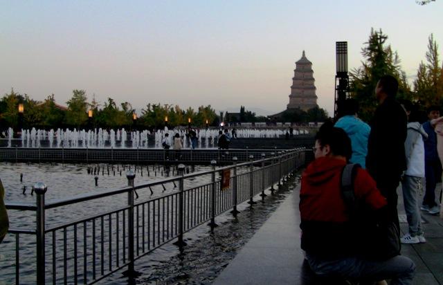 『 大雁塔広場の音と光と水の競演-噴水ショーが凄い! 』 ..まだ、噴水ショー開演まで相当時間がありますが、それでも、人が集まって来ています。..