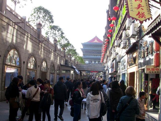 『 【地下鉄利用】西安で外せない観光スポットBest10まとめ 』 ..周囲は雑貨店や飲食店などが軒を連ねていて、観光客でひしめき合っていました。..