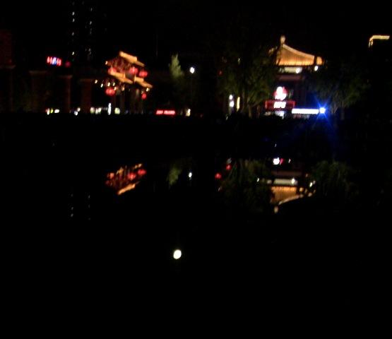 『 大雁塔広場の音と光と水の競演-噴水ショーが凄い! 』 ..それまでのざわめきから、一転、静寂に包まれます。噴水も停止し、水面も穏やかです。月が水面に映っています。..