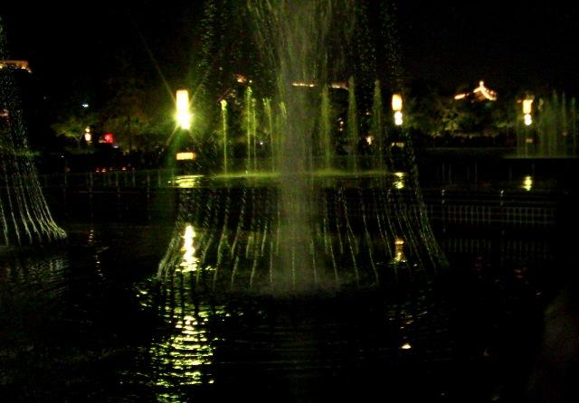 『 大雁塔広場の音と光と水の競演-噴水ショーが凄い! 』 ..静かに時間が流れます…….音楽噴水 開演です。..