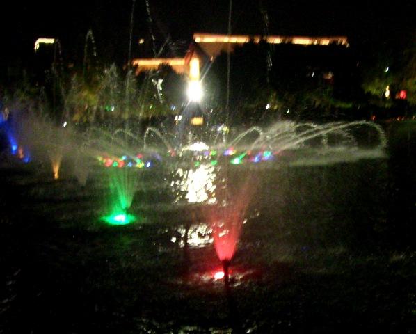 『 大雁塔広場の音と光と水の競演-噴水ショーが凄い! 』 ..水が踊る…ただ、吹き出すのではなく、水が音と光に合わせて踊っています。..