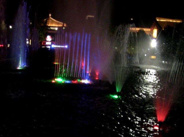 『 大雁塔広場の音と光と水の競演-噴水ショーが凄い! 』 ..軽やかに……...