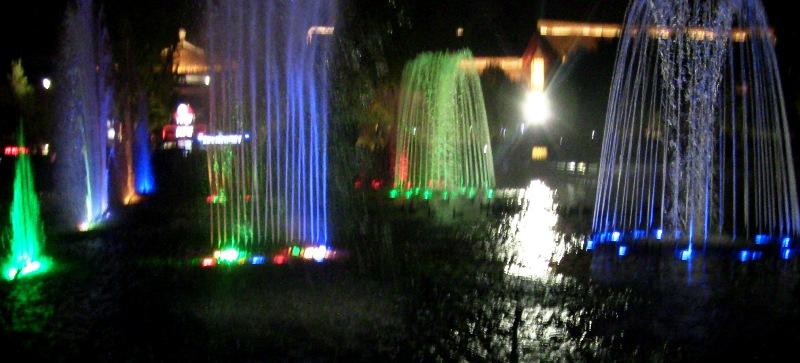 『 大雁塔広場の音と光と水の競演-噴水ショーが凄い! 』 ..段々と盛り上がり……...