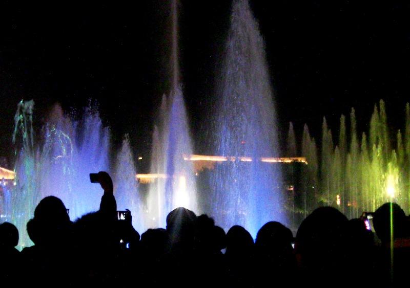 『 大雁塔広場の音と光と水の競演-噴水ショーが凄い! 』 ..天地創造なのか?大雁塔の高さに匹敵する60Mの水柱…….圧巻です。うおぉ~!というどよめきが起きます。..