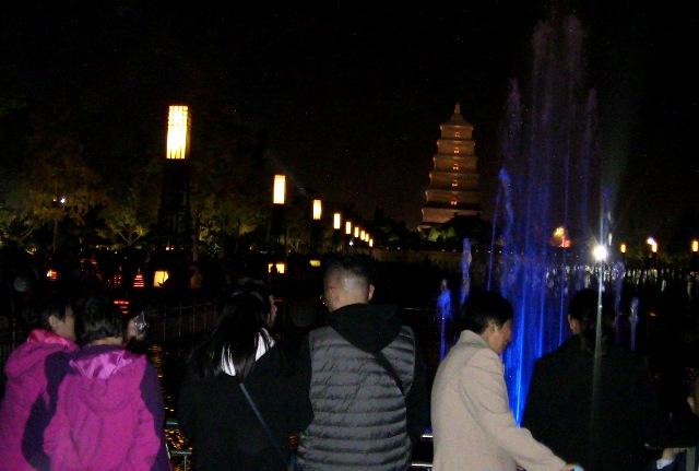 『 大雁塔広場の音と光と水の競演-噴水ショーが凄い! 』 ..人、人、人…….大雁塔広場は人で埋まっています。暗闇に映える大雁塔のライトアップが目を引き付けます。..