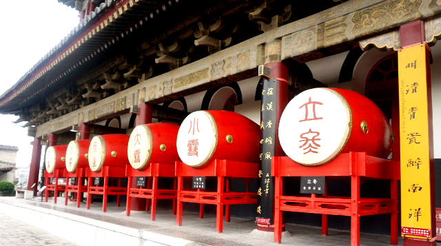 『 【地下鉄利用】西安で外せない観光スポットBest10まとめ 』 ..大太鼓は朱色で24節気の文字が描かれています。..