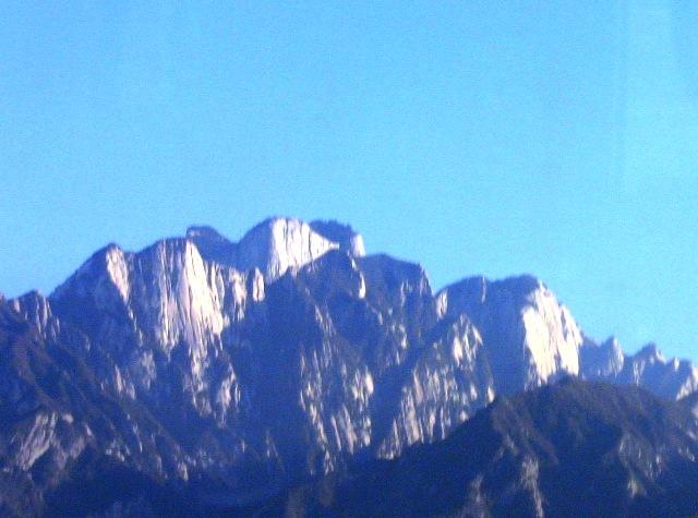 『 西安から洛陽石窟へは高鉄で洛陽龍門に行くのがベストです 』 ..中国で花崗岩が露出した険しい山として知られ国家級風景名勝地に指定されている『崋山』を見ることが出来ました。..