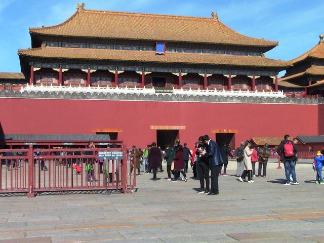『 【北京紫禁城】歴代皇帝お気に入り景山公園の入場料と行き方 』 ..これから紫禁城の外堀に沿って歩き、天安門に向かいます。途中お堀を渡って午門に向かいます。午門は故宮博物院の入り口です。..