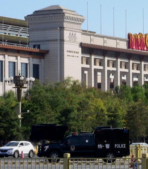 『 【北京紫禁城】歴代皇帝お気に入り景山公園の入場料と行き方 』 ..警察と軍の中間的存在、特警です。..