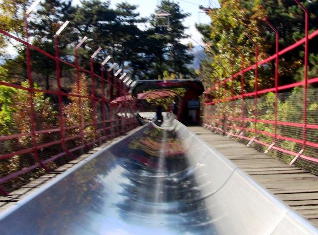 『 【慕田峪長城】スライダーが最高!バスと行き方のまとめ 』 ..ここでは係も常駐し減速を指示します。ここでは結構スピード出てますよ。..