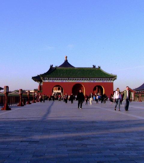 『 北京のパワースポット皇帝が天に祈りを奉げた天壇・入場料と行き方 』 ..ずぅ~~~っと、木ばかりです。何十分歩いたのかな?ようやく左手に祈年殿入り口が見えてきました。..