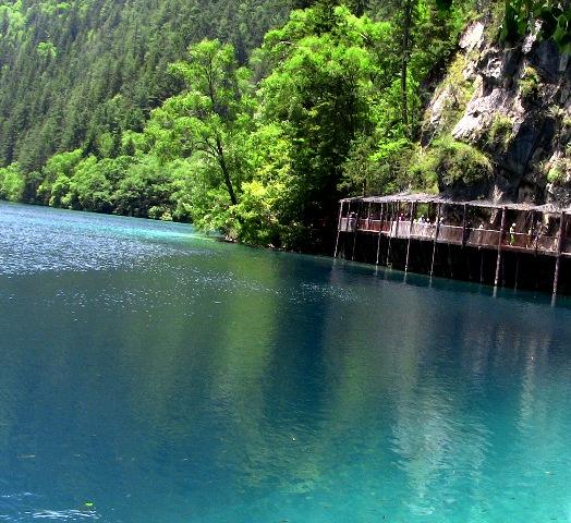 『 【九塞溝の今】地震の影響は?現在は行けるの? 』 ..青く透き通った透明な湖『火花海』、その背後の山で九塞溝大地震が発生しました。..