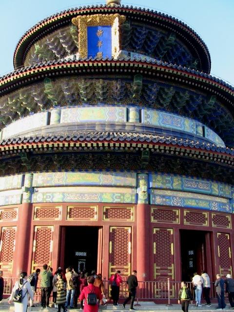 『 北京のパワースポット皇帝が天に祈りを奉げた天壇・入場料と行き方 』 ..外装には12本の巨木が使われ、それぞれ12支の干支を表します。外装部分の中層に使われる巨木12本と合わせて24本の柱は24節季を表しているそうです。..