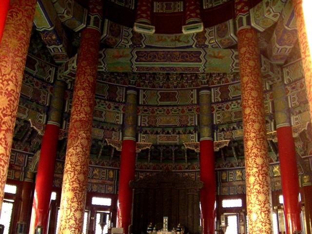 『 北京のパワースポット皇帝が天に祈りを奉げた天壇・入場料と行き方 』 ..祈年殿中央には直径1.2M、高さ19.2Mの金で装飾された4本の柱があり、これは四季を表します。4本で支えられる中層部分の金で装飾された12本の柱は1年12ヵ月を表すそうです。..