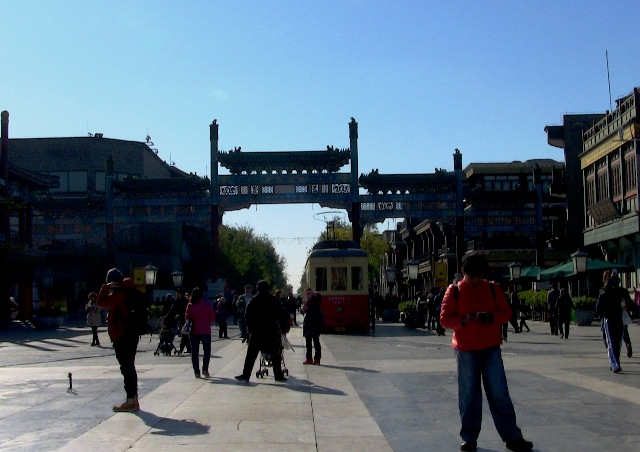 『 北京のパワースポット皇帝が天に祈りを奉げた天壇・入場料と行き方 』 ..天壇公園 西門を右に進むと『前門大街』通りに出ます。ここは観光客で賑やかな通りです。..