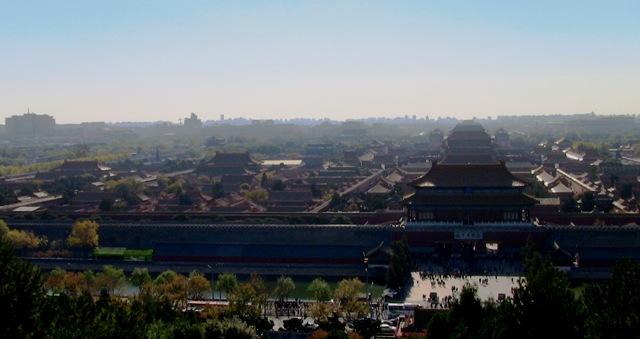 『 【北京紫禁城】歴代皇帝お気に入り景山公園の入場料と行き方 』 ..景山公園の一番高い所からは北京市内を見渡すことが出来ます。そして、故宮を見ると……..