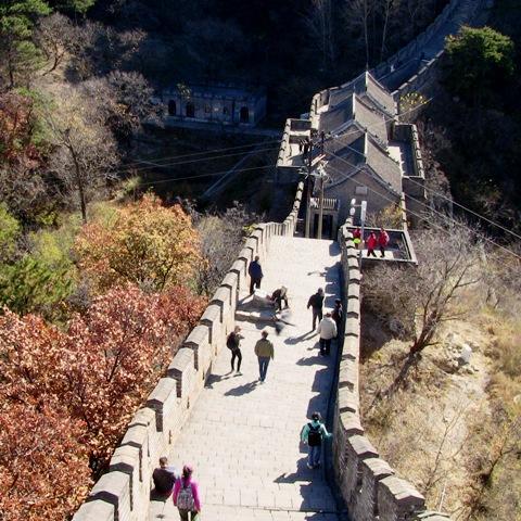 『 【慕田峪長城】スライダーが最高!バスと行き方のまとめ 』 ..慕田峪長城は嶺に沿って建造されているので起伏がとても激しいです。..