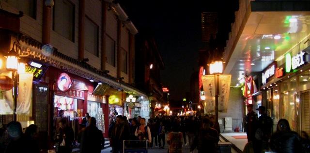 『 北京のパワースポット皇帝が天に祈りを奉げた天壇・入場料と行き方 』 ..随分暗くなりました。どこか美味しそうなお店を探します。..