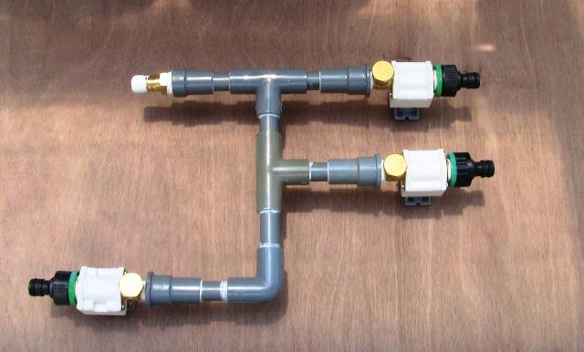 『 arduinoと電磁弁で自動散水システムを自作してみた 』 ..3ヵ所には電磁弁、もう1ヵ所は水道からの給水です。取り付けはこんな感じです。..