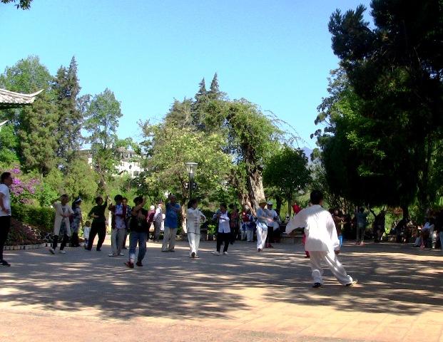 『 【麗江】黒龍澤公園(玉泉公園)で太極拳をマネてみた(^^; 』 ..こちらでは太極拳の講習です。..