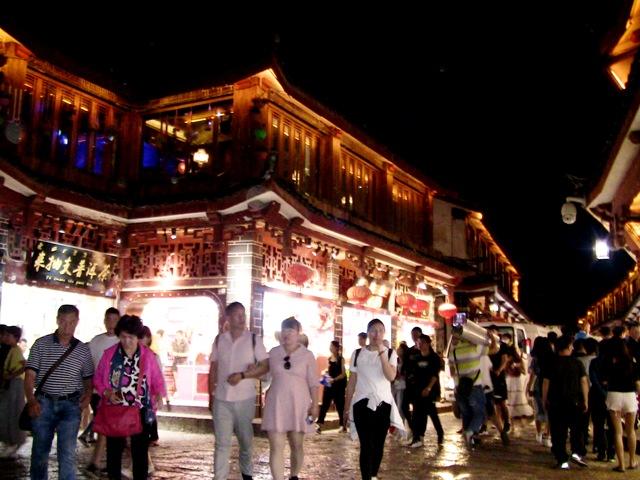 『 麗江古城❘酒吧お立台と世界遺産に観光客殺到!アクセスするには? 』 ..酒場はまだまだ続きますが、「酒場一条街」を超えて大通りの东大街に出ます。..