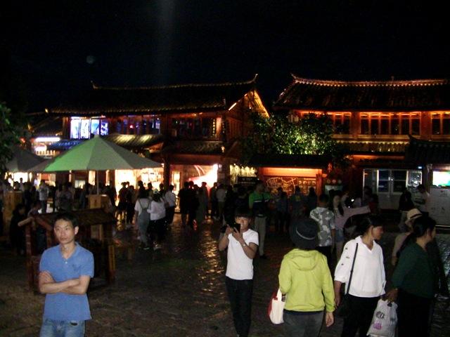 『 麗江古城❘酒吧お立台と世界遺産に観光客殺到!アクセスするには? 』 ..人が多いですね。お昼に通った玉河広場 - 四方街の麗江古城で一番のメインストリートです。ここは四方街の広場です。..