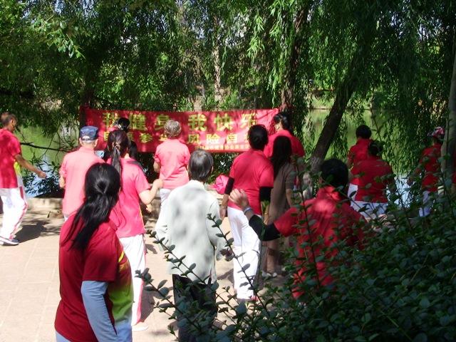 『 【麗江】黒龍澤公園(玉泉公園)で太極拳をマネてみた(^^; 』 ..これは別のグループです。健康体操っぽいです。..
