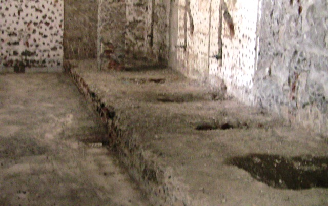 『 【麗江】黒龍澤公園(玉泉公園)で太極拳をマネてみた(^^; 』 ..博物館内のトイレです。取り壊した跡があり、あえて昔の厠を再現したものと思われます。..