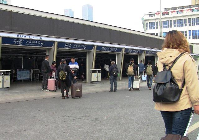 『 【ctrip】昆明・大理・麗江行き鉄道の切符受け取り 』 ..切符を購入した人や通常出口、到着旅客出口となっています。昆明駅入り口はこんな感じ。..