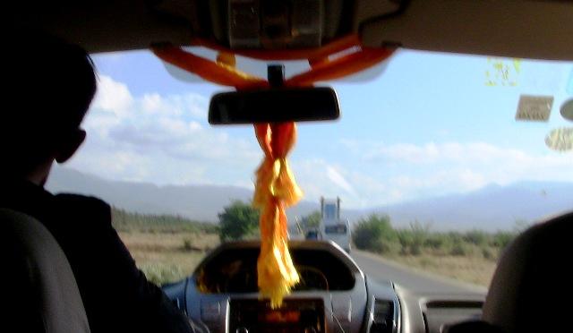 『 【玉龍雪山現地ツアー】富士山越えの絶景!高山病対策と行き方 』 ..一直線の上下4車線の道へと続きます。..