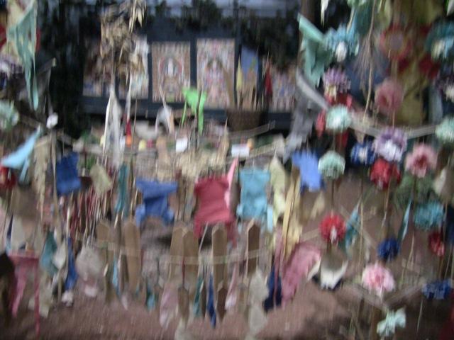 『 【麗江】黒龍澤公園(玉泉公園)で太極拳をマネてみた(^^; 』 ..麗江のナシ族は封建的な婚姻制度には強く反抗し、殉死も少なからずあったようです。そのようなときの儀式のようです。..
