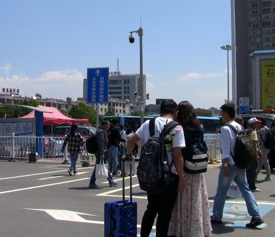 『 もう迷わない!大理駅から大理古城へ8路バスで移動する 』 ..しかし、バス停車場前には多くの客引きがいますので注意しましょう。..