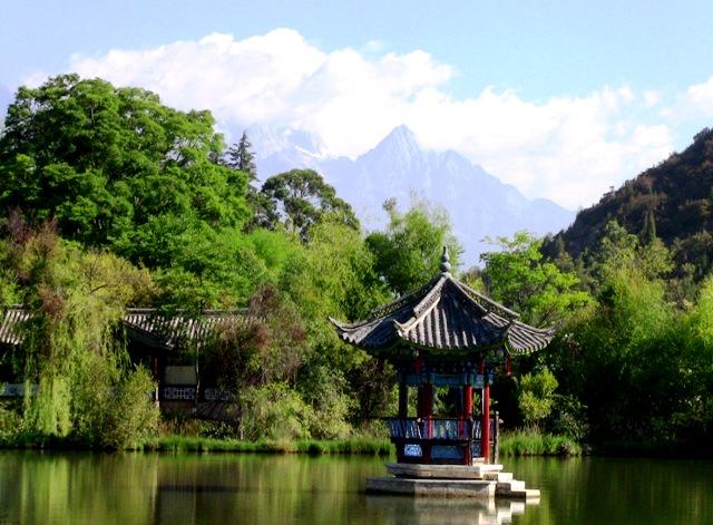 『 【麗江】黒龍澤公園(玉泉公園)で太極拳をマネてみた(^^; 』 ..遠くに玉龍雪山を見ることが出来ます。中々絵になりますね。..