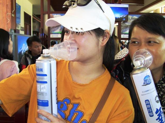 『 【玉龍雪山現地ツアー】富士山越えの絶景!高山病対策と行き方 』 ..酸素缶はこのように使用します。画像はツアーで一緒の王さんです。..