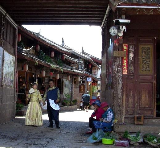 『 麗江古城からナシ族に伝わるトンパ文字の里、白沙古城に行ってみる 』 ..老婆と新郎新婦って絵になりますね。..