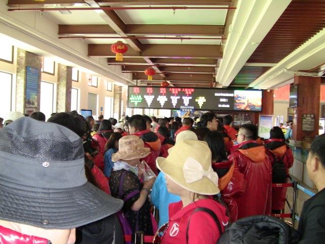 『 【玉龍雪山現地ツアー】富士山越えの絶景!高山病対策と行き方 』 ..ゲート前は多くの観光客が並んでいますが顔認証が早いので意外とスムーズに通過出来ました。..